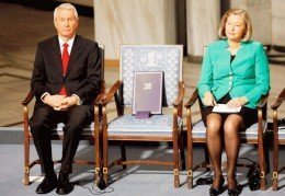Thorbjørn Jagland med den tomme stolen som skal symbolisere Liu Xiaobo mellom seg.