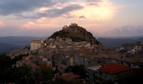 Tolfa ligger på en klippe nordvest for Roma