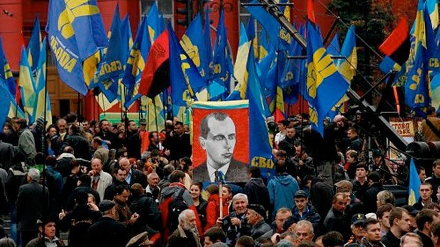 Tilhengere av det nåværende regjeringspartiet Svoboda demonstrerer til ære for Stepan Bandera i Kiev