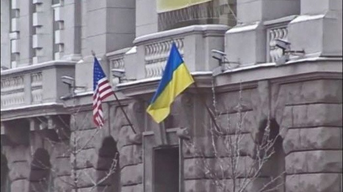 USAs flagg på plass foran de ukrainske sikkerhetsstyrkenes (terrorpolitiets) bygning i Kiev.
