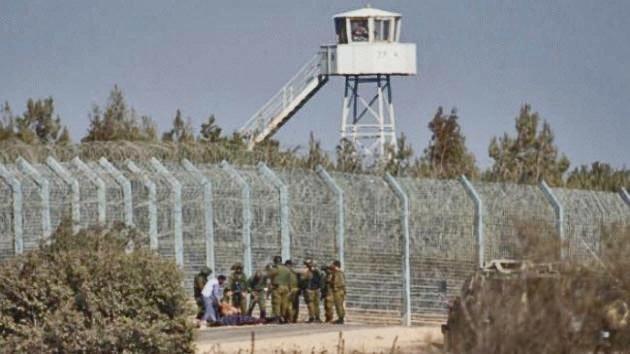 Israeliska soldater på Golanhöjderna tar emot sårade syrier. Bilden är från 23 september i år.