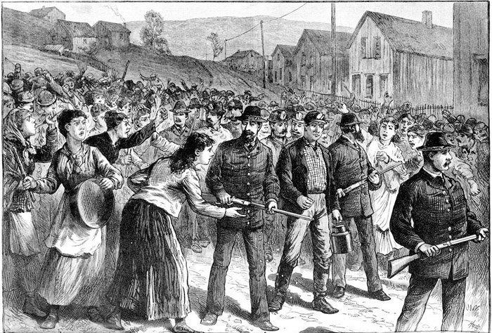 Pinkertonagenter eskorterer streikebrytere i Buchtel, Ohio, 1884