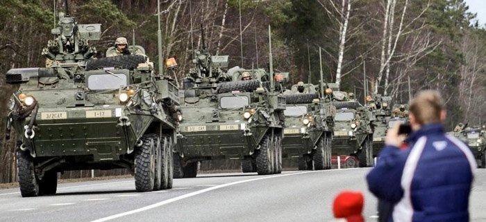 """Amerikanske tanks ruller østover i den såkalte """"Dragoon Ride"""", her"""