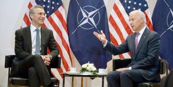 Stoltenberg og Biden. Kanskje Biden forteller om hvordan USA måtte mobbe EU til å bli med på sanksjonene?