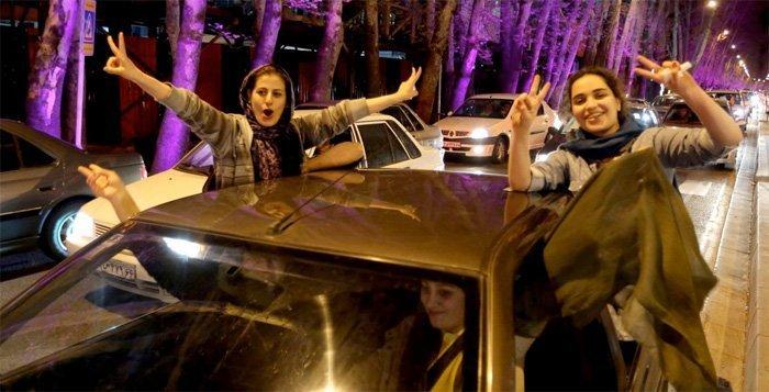 Iranske kvinner viser hva de synes om avtalen.