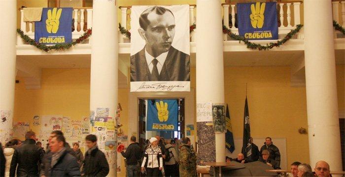 Portrettet av Stepan Bandera ble hengt på fasaden av rådhuset i Kiev under Maidan-bevegelsen