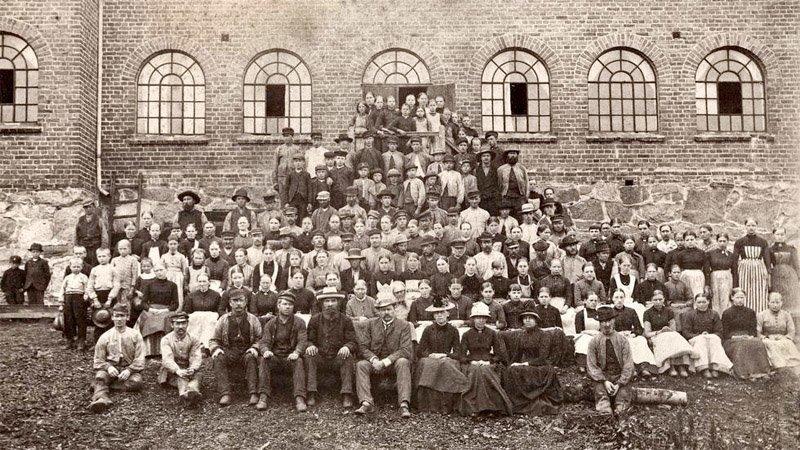 Dette bildet, tatt på 1890-tallet, viser arbeidere ved Nitedals Tændstikfabrik på Grønvold. Det er tatt utenfor produksjonslokalene i Fyrstikkalleen 13, i området som i dag går under navnet Helsfyr.                                                                             FOTO: Olaf Væring/Oslo Museum