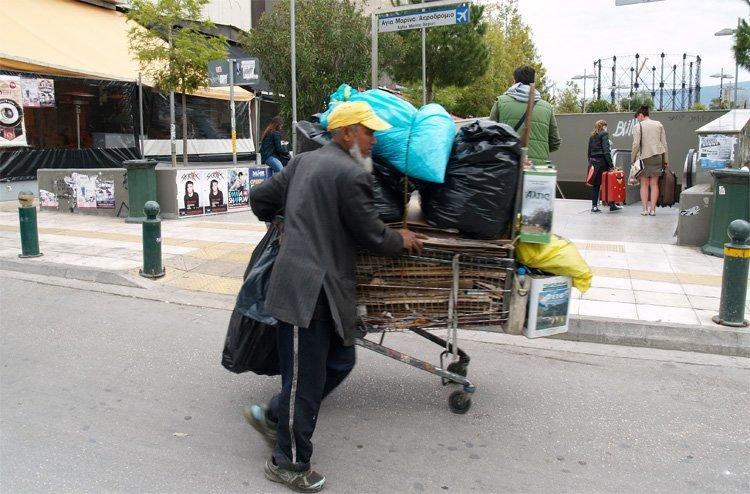 En maskin for frigjøring av kapitalismen – og en maskin for fattigdomsvekst for tusener av EU-innbyggere . Mobilt hjem i Aten. Det er mange som bor på gata eller har hus på hjul som denne mannen i bydelen Keramikos.