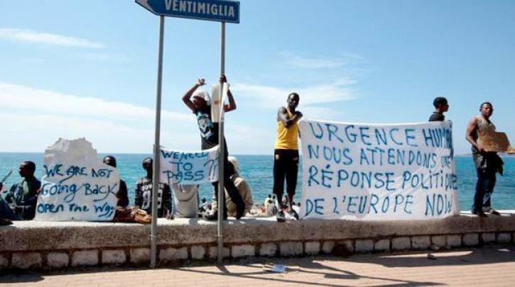 Immigranter på stranda i den italienske byen Ventimiglia håper på å få komme til Frankrike.