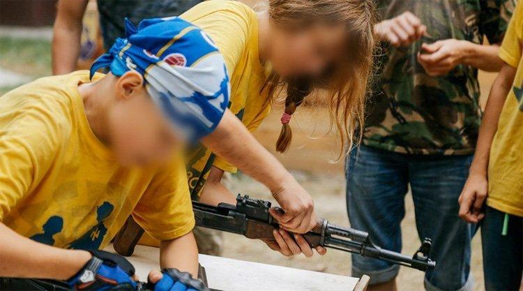Barn driver våpendrill på nazileir