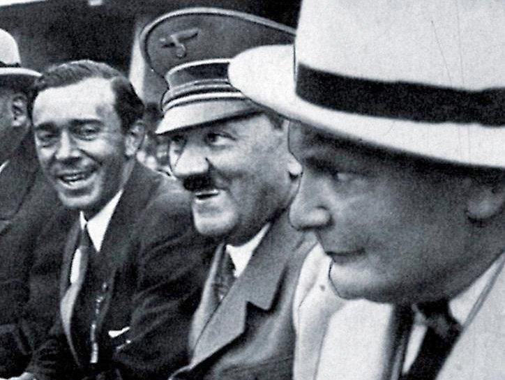Svenske arvprinsen Gustaf Adolf (kungens far) med Hitler och Göring vid OS i Berlin 1936.