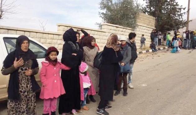 Invånare som sluppit ut ur Madaya berättade på måndagen för reportrar på plats att de väpnade grupper som styr staden lagt beslag på tidigare biståndsleveranser.