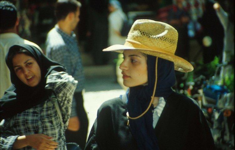 En litt spesiell tolkning av hijab-påbudet. Shiraz 2004.