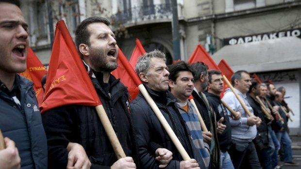 Demonstranter fra den kommunistdominerte fagbevegelsen PAME under en demonstrasjon mot de planlagte pensjonskuttene (Alkis Konstantinidis/Reuters)
