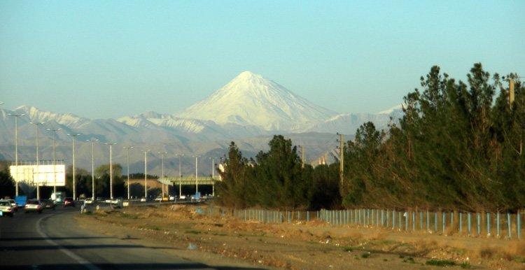 Innkjøringa til Tehran med vulkanen Damavand i bakgrunnen