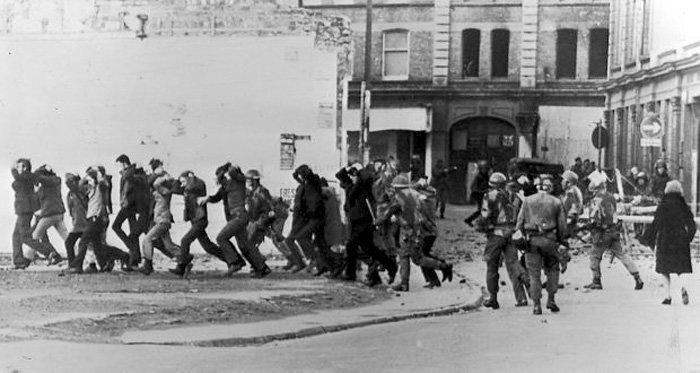 Britiske fallskjermsoldater fører bort irske demonstranter i 1972