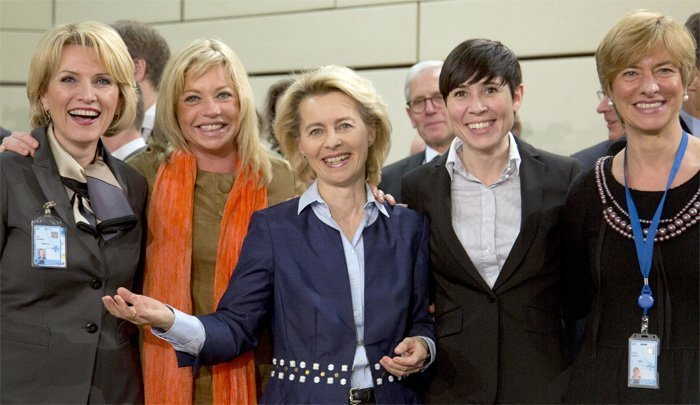 Ikke vent deg mye kvinnefrigjøring fra NATOs forsvarsministre. Her Italias Roberta Pinotti, Albanias Mimi Kodheli, Tysklands Ursula von der Leyen, Norges Ine Marie Eriksen Søreide og Nederlands Jeanine Hennis-Plasshaert