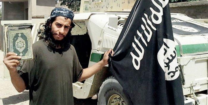 Abdelhamid Abaaoud, hjernen bak terroren i Paris, her fra et magasin som utgis av IS