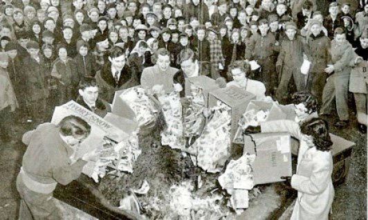 The Birmingham burning i 1948. Bildeteksten sier: In Binghamton, N.Y., Students of St. Patrick's parochial school collected 2,000 objectionable comic books in a house-to-house canvass, burned them in the school yard.