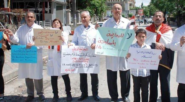 Läkare i det regeringskontrollerade Aleppo protesterar efter att väpnade oppositionsgrupper den 3 maj beskjutits och förstört förlossningssjukhuset al-Dabit.
