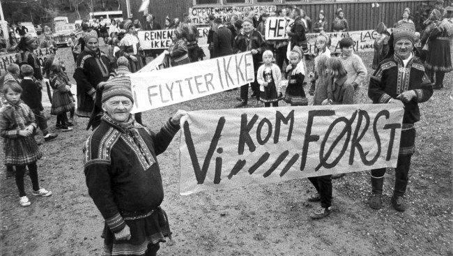 Máze i Kautokeino kommune, 1970. Befolkningen demonstrerer mot foreslått neddemming av området i de første utbyggingsplaner for Alta-Kautokeino-vassdraget.  Foto: Knai, Vidar / SCANPIX