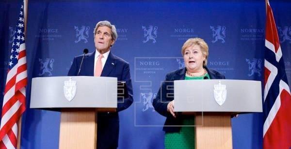 John Kerry og Erna Solberg - herre og puddel