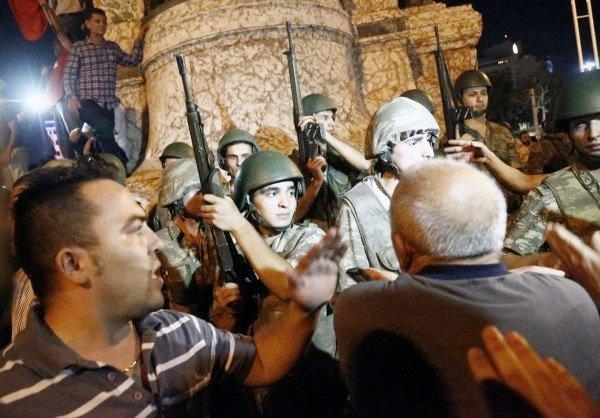 Tilhengere av den tyrkiske presidenten i konfrontasjon med soldater i Istanbul