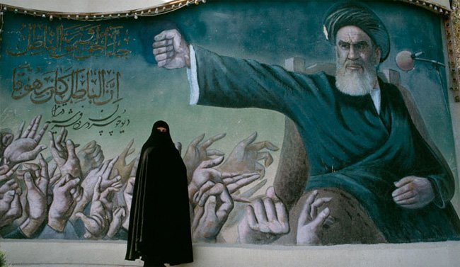 Tehran 1993: En kvinne foran et murmaleri av Khomeini. (Armineh Johannes/Sygma/Corbis)
