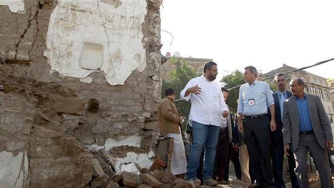 Peter Maurer (i midten) besøker en historisk bygning i Sana'a som er blitt totalødelagt av Saudi Arabias bombing