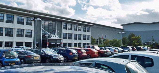 Asos-bygget nordøst for Barnsley som sysselsetter 4.000, hvorav halvparten er vikaransatte på nulltimers-kontrakter og minstelønn. (Foto: Halvor Fjermeros)