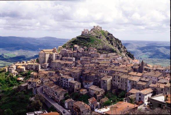 Det historiske senteret i Tolfa med La Rocca