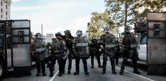Donald Trump mobiliserer hæren mot opptøyene i USA