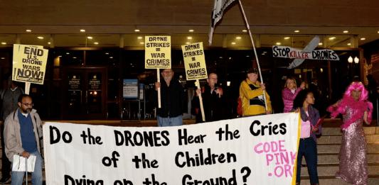 Demonstrasjon mot drapsdroner foran The Smithsonian Air And Space Museum i Washington DC i 2015. Flickr.com/Stephen Melkisethian (CC BY-NC-ND 2.0)